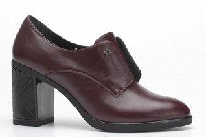Бордовые закрытые туфли на декорированном каблуке