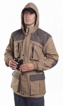 Летняя куртка-штормовка с капюшоном из прочного водо- и грязе-отталкивающего материала, обладающего воздухопроницаемостью.