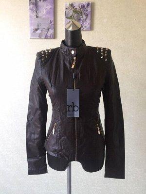 Демисезонная женская куртка из кожи pu, с декоративными шипами на плечах. Марка Roccobarocco