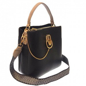 Классическая сумочка Omnia_Gold с широким ремнем через плечо из матовой эко-кожи чёрного цвета. (белый фон)