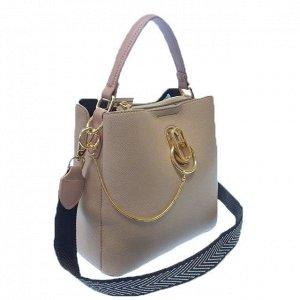 Классическая сумочка Omnia_Gold с широким ремнем через плечо из матовой эко-кожи нежно-серого цвета. (белый фон)
