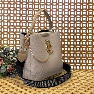 Классическая сумочка Omnia_Gold с широким ремнем через плечо из матовой эко-кожи нежно-серого цвета.