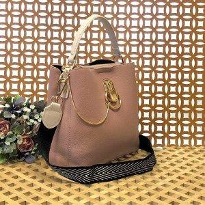 Классическая сумочка Omnia_Gold с широким ремнем через плечо из матовой эко-кожи цвета розовой пудры.
