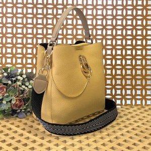Классическая сумочка Omnia_Gold с широким ремнем через плечо из матовой эко-кожи дынного цвета.