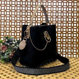 Классическая сумочка Omnia_Gold с широким ремнем через плечо из матовой эко-кожи чёрного цвета.