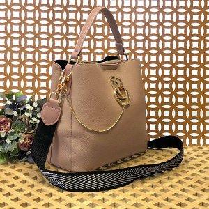 Классическая сумочка Omnia_Gold с широким ремнем через плечо из матовой эко-кожи цвета телесной пудры.