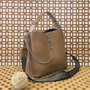 Стильная сумочка Weliz с широким ремнем через плечо из глянцевой эко-кожи карамельного цвета.