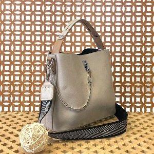 Стильная сумочка Weliz с широким ремнем через плечо из глянцевой эко-кожи жемчужно-пепельного цвета.