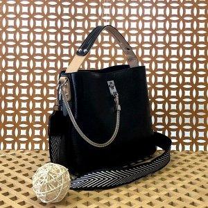 Стильная сумочка Weliz с широким ремнем через плечо из глянцевой эко-кожи чёрного цвета.
