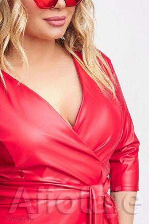 Красное кожаное платье с вырезом на запах