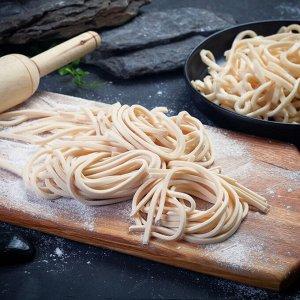 Лапша удон Оригинальные макаронные изделия из пшеничной муки для приготовления супов и вторых блюд Замороженная продукция.  Вес нетто: 500 гр  Состав: японская мука, соль, вода, крахмал картофельный,