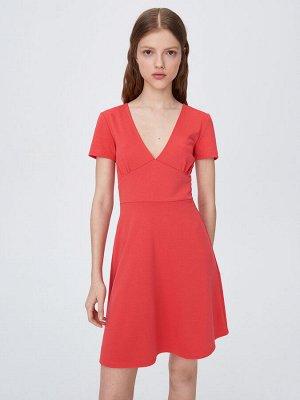 Платье с глубоким вырезом у горловины