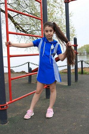 """Платье Платье спортивного стиля для девочки. Имеет свободный покрой, вставки из сетки по бокам и капюшон с кулиской. Рукав обработан трикотажным полотном в """"рубчик"""". Благодаря фигурному низу, платье с"""