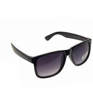 Стильные мужские очки Brux в чёрной оправе с затемнёнными линзами.