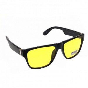 Стильные мужские очки Alef в чёрной оправе с прозрачно-лимонными линзами.