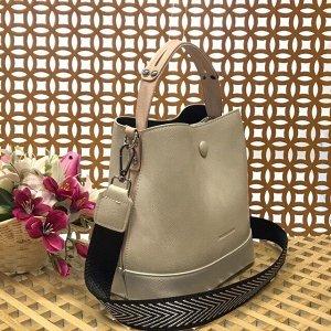 Классическая сумочка Charleez с широким ремнем через плечо из качественной эко-кожи молочного цвета.