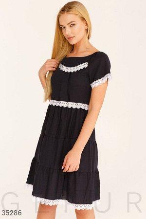 Темно-синее платье с кружевом