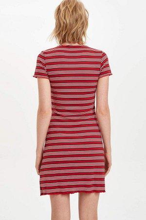 Платья Размеры модели: рост: 1,77 грудь: 86 талия: 61 бедра: 87 Надет размер: S Полиэстер 62%, Эластан 5%,Вискоз 33%