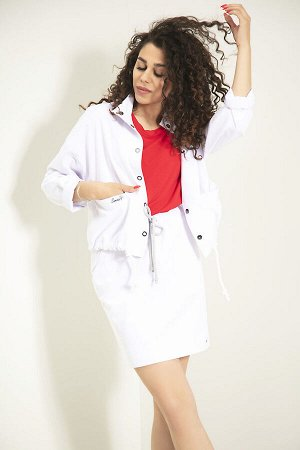 Куртка Куртка Samnari Л-45 белый  Состав ткани: ПЭ-26%; Хлопок-72%; Эластан-2%;  Рост: 170 см.  Куртка в стиле oversize, укороченная, длиной выше бедер, с застежкой на кнопки. Куртка с подрезом чуть