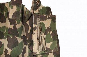 Сумка Arianna Militare S6946 Стильная, яркая сумка из замши выгодно подчеркнет Ваш образ. Сумка на молнии декорирована кисточкой.Без подкладки. Размер: 27см x 38см x 18.5 cm (ширина x высота x глубина