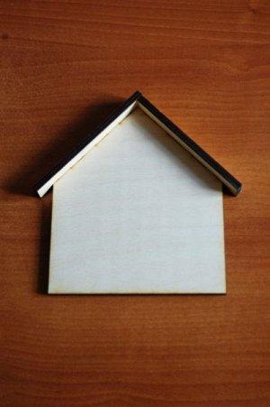 Ключница Ключница, (продается в разобранном виде в палетках), не комплектуется фурнитурой, габарит в собранном виде 14*17 см, ширина козырька: 2 см, толщина фанеры 6 мм.   Обрабатывать поверхность пер