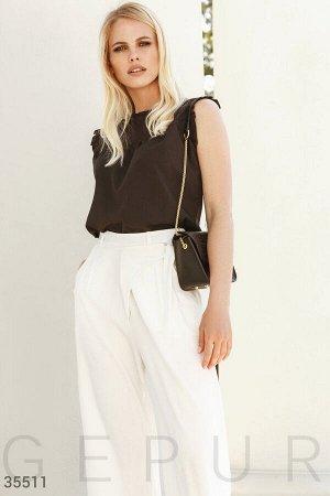 Черная блуза с лаконичными оборками
