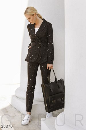 Черный костюм с оригинальным поясом