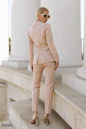 Бежевый костюм с оригинальным поясом