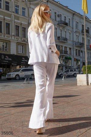 Белый льняной костюм с пиджаком