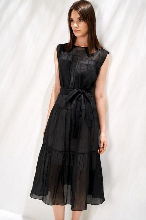 Платье Платье в стиле smart casuaI выполнено из натурального льняного полотна. Модель А-образного силуэта со сборкой вдоль двух горизонтальных подрезов. Плечевой пояс кокетками со сборкой вдоль швов и