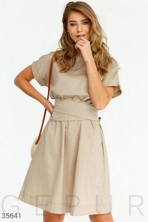 Бежевое платье oversize с широким поясом