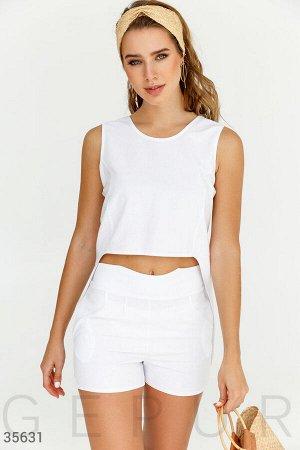 Элегантный открытый костюм белого цвета