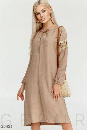Бежевое платье свободного кроя