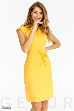 Лаконичное приталенное платье сочного цвета
