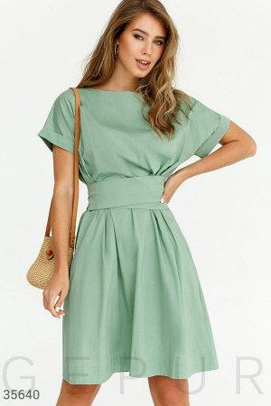 Зеленое платье oversize с широким поясом