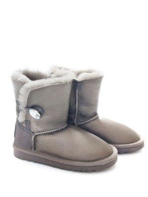 Угги Страна производитель: Китай Вид обуви: Угги Пол: Для девочек Сезон: Зима Полнота обуви: Тип «F» или «Fx» Цвет: Серебристый Материал верха: Натуральная кожа + замша Материал подкладки: Натуральный