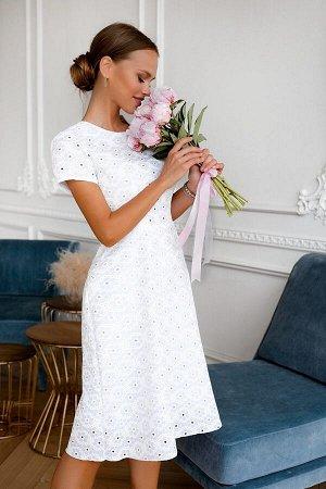 Платье Размер: 44 / 46 / 48 Белое платье из летней хлопковой ткани ткани .Удобный фасон это всегда модно и современно. Приталенная модель с коротким рукавчиком и расклешенной юбкой к низу. Идет абсолю