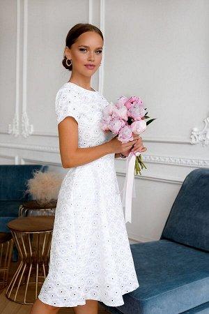 Платье Размер: 42 / 44 / 46 / 48 Белое платье из летней хлопковой ткани ткани .Удобный фасон это всегда модно и современно. Приталенная модель с коротким рукавчиком и расклешенной юбкой к низу. Ид