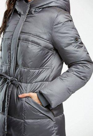 2030 серый Длинное зимнее пальто приталенного силуэта, слегка расклешенное к низу. Подрез по талии с тонким пояском – кулиской. Наклонные карманы на молнии.Капюшон на шнурке- кулиске. Цент