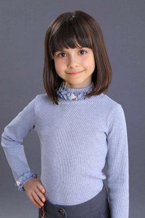 Блузка Ткань: Кашкорсе тонкое Состав: 95%хлопок, 5%эластан Трикотажная школьная блузка для девочки. Модель с высокой горловиной. Горловина и низ рукавов декорированы пышными рюшами и кремовыми розоч