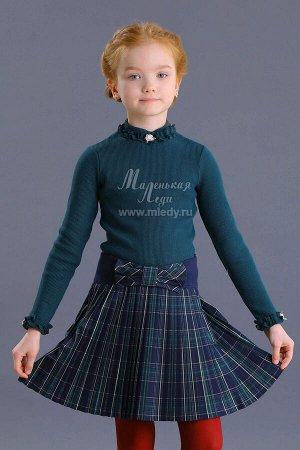 Блузка Ткань: Кашкорсе толстое Состав: 95%хлопок, 5%эластан Трикотажная школьная блузка для девочки. Модель с высокой горловиной. Горловина и низ рукавов декорированы пышными рюшами и кремовыми розо