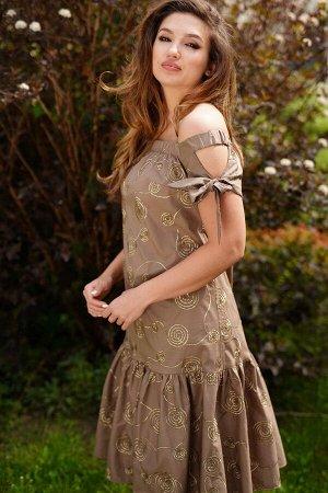 Платье Летнее платье-сарафан А-образного силуэта, расклешеное книзу. Платье с открытымплечевым поясом, верхний край обработан широкой резинкой. Перед с нагруднымивытачками. По низу платья широкий вола