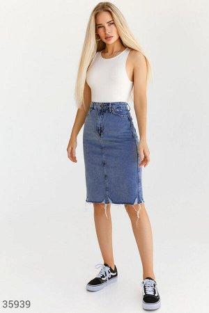 Трендовая джинсовая юбка с рваным подолом