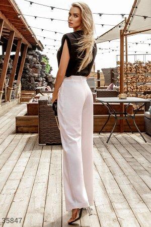 Стильные белые брюки свободного кроя