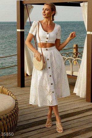 Женственный белый костюм с вышивкой