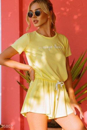 Желтые спортивные шорты свободного кроя