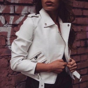 Косуха Куртке-косухе не страшны новые модные тенденции, ведь она существует вне времени, позволяя создавать с ней различные образы и стили.