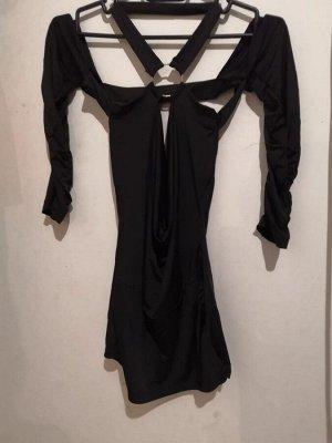 Платье Спинка на половину открыта, короткое. Чёрный