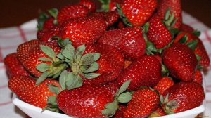 Sirano Гибрид нового поколения родом из Голландии. Темно-зеленые кусты с белыми цветами и сладкими, сочными ягодами привлекают садоводов постоянством плодоношения.