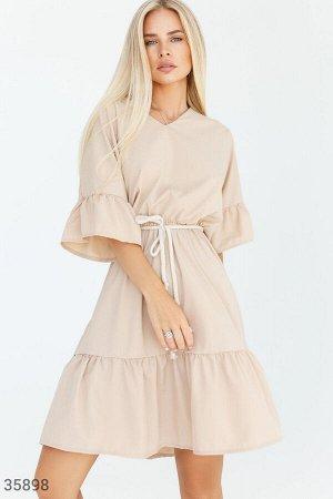 Романтичное бежевое платье с воланами